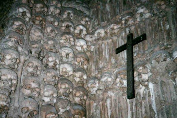 lugares mais assustadores da Europa capela-dos-ossos